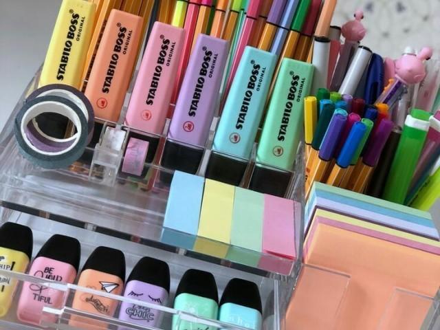 Qual seria seu tipo de material escolar?🌚🌈🌂💻📚