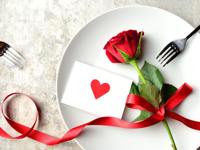 Monte um jantar do dia dos namorados e diremos quem você seria em uma comédia romântica!