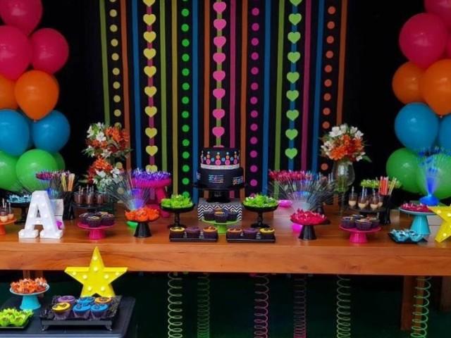 Monte sua festa de aniversário neon