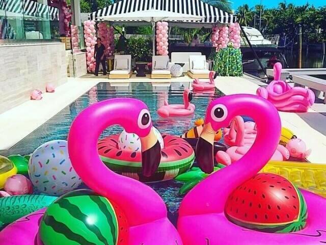 ✨Como seria sua festa na piscina? 🌴🍹